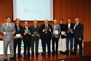 Prefeitos e representantes dos municípios que se destacaram no Ranking ABES da Universalização, durante cerimônia no CRQ/SP (05.02)
